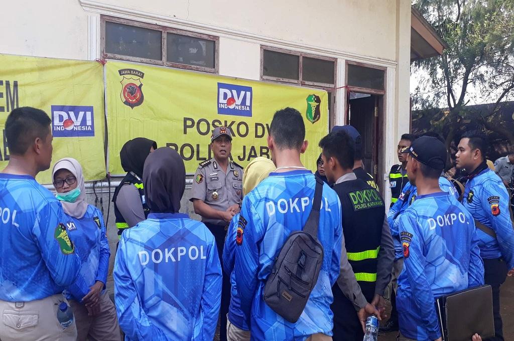 Kabid Dokkes Polda Jabar Kombes Arios Bismark memberikan pengarahan pada petugas yang bertugas mengevakuasi korban Lion Air jatuh di Karawang, MI - Cikwan