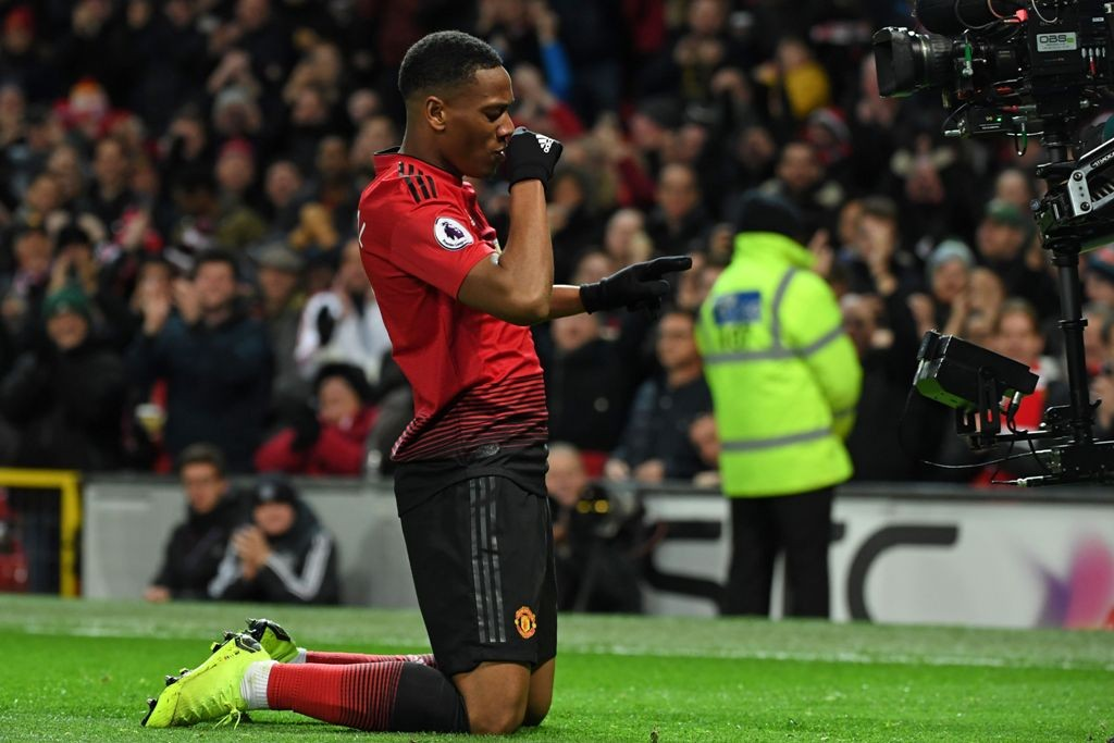 Penyerang Manchester United, Anthony Martial, merayakan golnya ke gawang Everton (AFP/Paul Ellis)