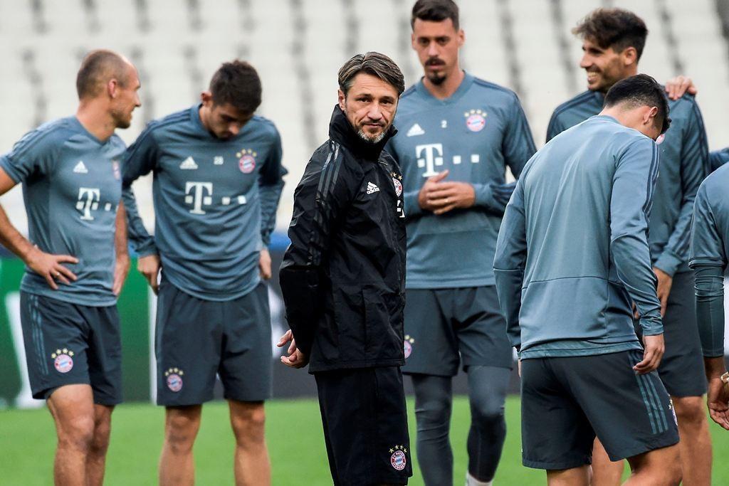 Niko Kovac (tengah) mengawal latihan Bayern Muenchen (Foto: ANGELOS TZORTZINIS / AFP)