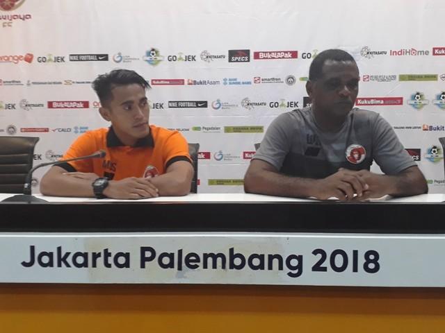 Pelatih Kepala Perseru Serui Wanderley Junior (kanan) saat konferensi pers usai laga, Senin, 29 Oktober 2018-Medcom.id/Deddy