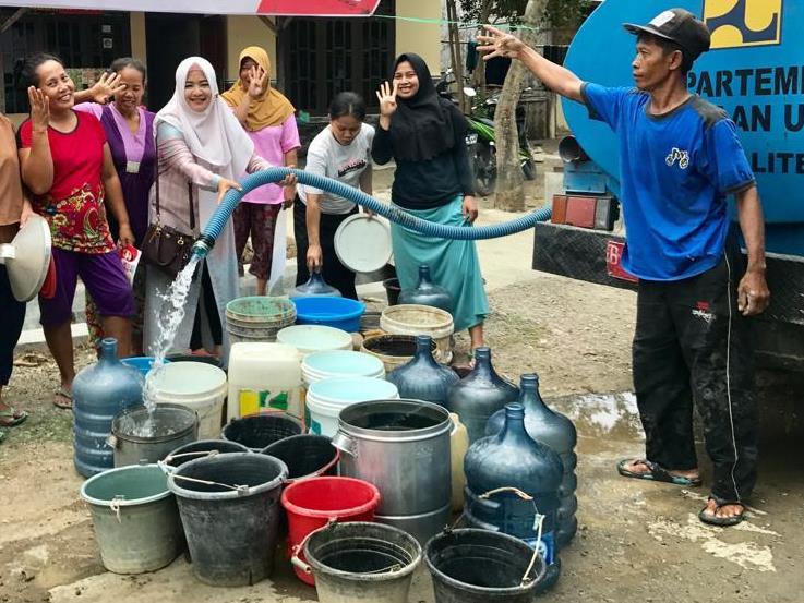 Sejumlah warga Tegal, Jawa Tengah, mendapat bantuan air bersih dari PDAM setempat, Selasa, 30 Oktober 2018. (Medcom.id/Kuntoro Tayubi)