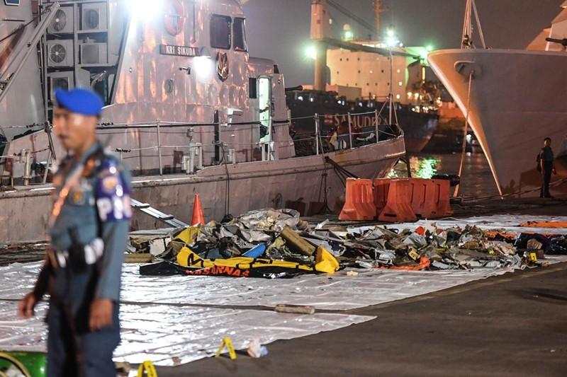 Personel TNI AL berjaga di dekat puing-puing pesawat Lion Air JT 610 yang telah dievakuasi pascakecelakaan ,di Pelabuhan Tanjung Priok, Jakarta, Senin (29/10/2018). ANTARA FOTO/Hafidz Mubarak A.