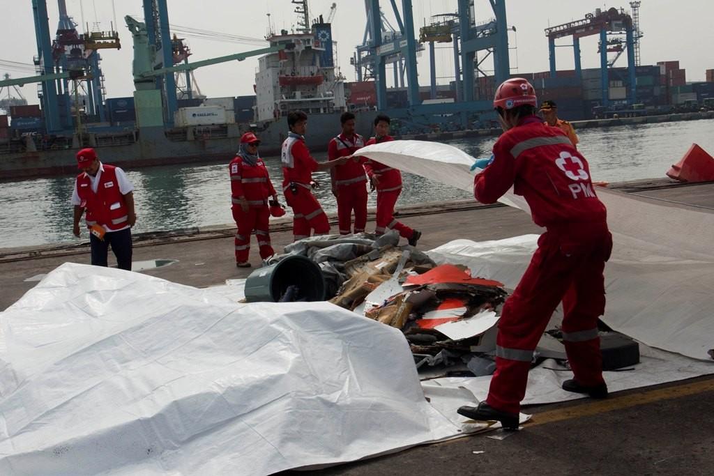 Petugas PMI mengevakuasi puing pesawat Lion Air JT 610 di posko Basarnas, Terminal JICT 2, Pelabuhan Tanjung Priok, Jakarta, Selasa (30/10/2018). Foto: Antara/Galih Pradipta