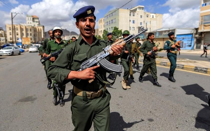 Pasukan Yaman melawan serangan dari pasukan pemerintah dan koalisi pimpinan Arab Saudi. (Foto: AFP).
