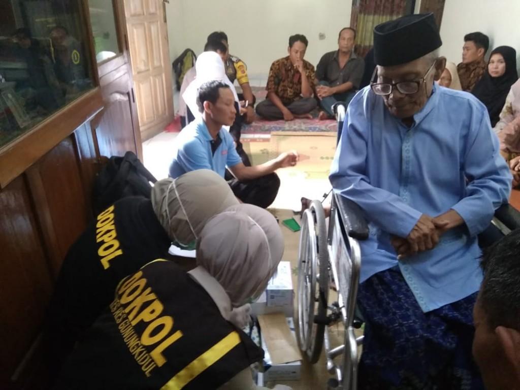 Petugas Disaster Victim Identification (DVI) Polda DIY saat mengambil sampel DNA keluarga korban kecelakaan Lion Air, di Dusun Nogosari 1, Desa Bandung, Kecamatan Playen, Gunungkidul, Selasa, 30 Oktober 2018. Medcom.id-Ahmad Mustaqim.
