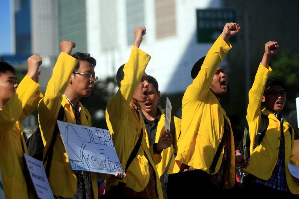 Puluhan aktivis mahasiswa Islam se-Universitas Indonesia melakukan aksi simpatik ketika pelaksanaan Hari Bebas Kendaraan Bermotor di Bundaran HI, MI/Rommy Pujianto.