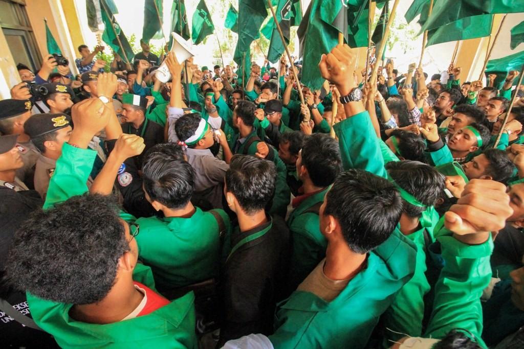 Aktivis mahasiswa dari Himpunan Mahasiswa Islam (HMI) berunjuk rasa di gedung Dewan DPRK Aceh Utara, ANT/Rahmad.