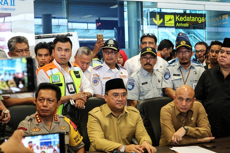 Gubernur Provinsi Kepulauan Bangka Belitung Erzaldi Rosman Djohan (tengah) di Bandara Depati Amir, Pangkal Pinang, Bangka Belitung (29/10/2018). ANTARA FOTO/Yuli.
