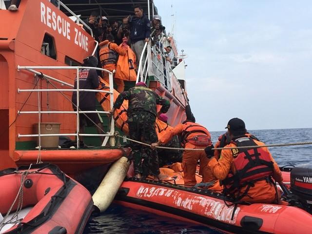 Tim Basarnas mengangkut kantong jenazah ke kapal. Foto: Medcom.id/Sonya Michaella