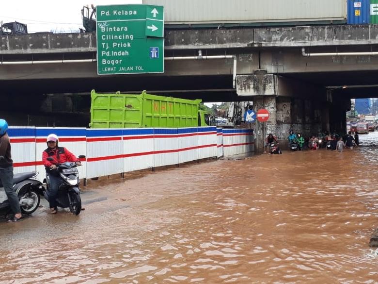 Jalan Raya KH Noer Alie, Kota Bekasi, Jawa Barat terendam air. Medcom.id/Antonio