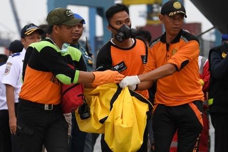 Ilustrasi. Personel Basarnas dan relawan membawa kantong jenazah ketika evakuasi pesawat Lion Air JT 610 di Posko Penyelamatan Lion Air, Dermaga JICT 2, Jakarta, Selasa (30/10/2018). ANTARA/Wahyu Putro A