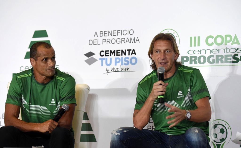 Legenda Barcelona, Rivaldo (kiri) bersama legenda Real Madrid, Michel Salgado (AFP/Johan Ordonez)