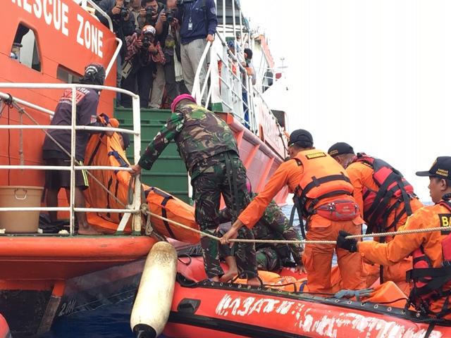 Tim Basarnas mengangkut kantong jenazah ke kapal, Selasa, 30 Oktober 2018/Medcom.id/Sonya Michaella
