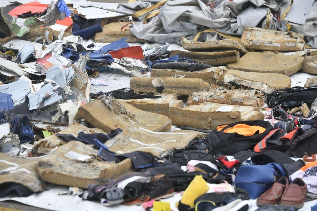 Sejumlah benda yang diduga kursi pesawat LIon Air JT610 yang dikumpulkan di Pelabuhan Tanjung Priok, Jakarta. (Foto: AFP/Adek Berry)