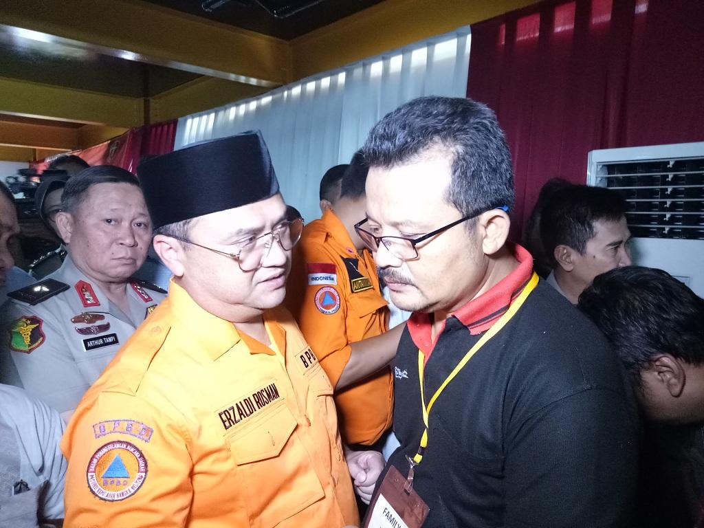 Gubernur Bangka Belitung Erzaldi Rosman berbincang dengan salah satu keluarga korban - Medcom.id/Siti Yona Hukmana.