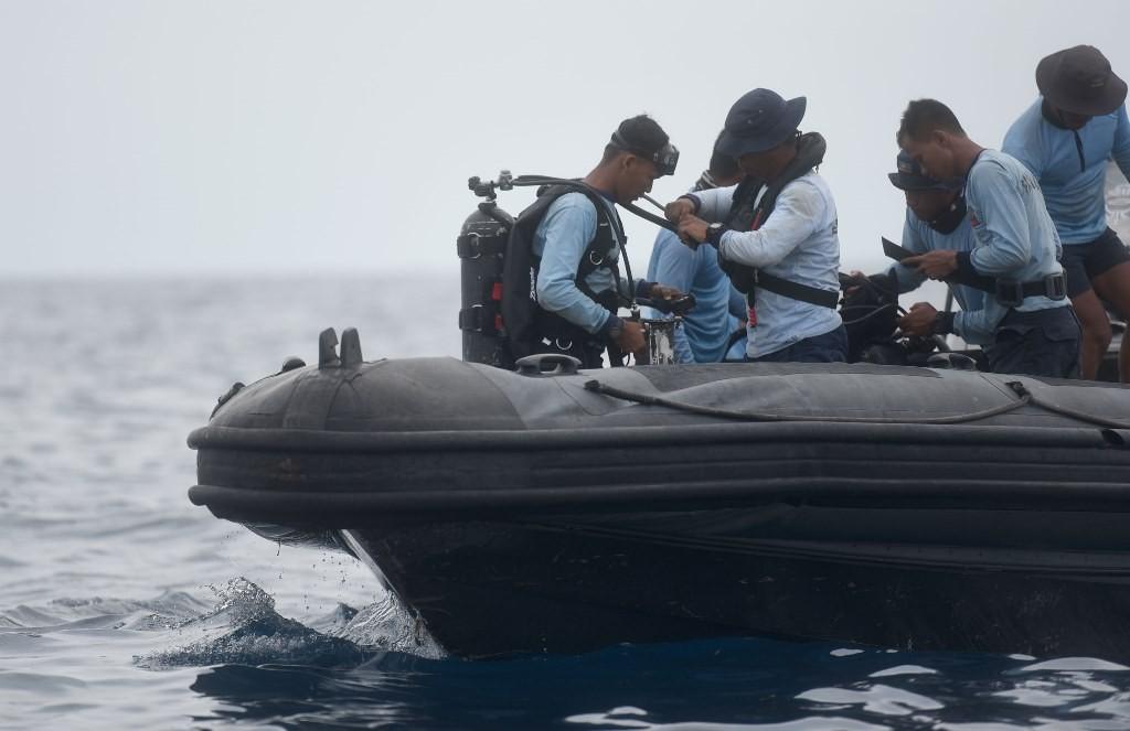 Anggota TNI AL bersiap melakukan penyelaman untuk mencari korban jatuhnya pesawat Lion Air JT 610 di Perairan Tanjung Pakis, Karawang, Jawa Barat. (Foto: ANTARA/Akbar Nugroho Gumay)