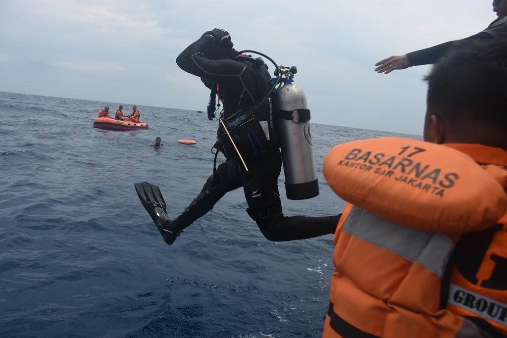 Tim Basarnas Special Group (BSG) melakukan penyelaman untuk mencari puing dan jenazah korban kecelakaan pesawat Lion Air JT 610 di perairan Karawang, Jawa Barat. (Foto: ANTARA/Indriarto Eko Suwarso)
