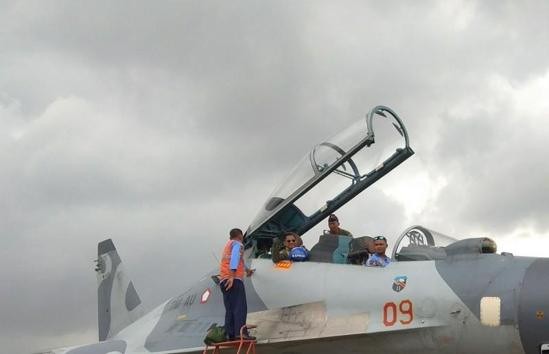 Kapolri Jenderal Tito Karnavian menjajal Sukhoi milik TNI Angkatan Udara. Medcom.id/Lukman Diah Sari