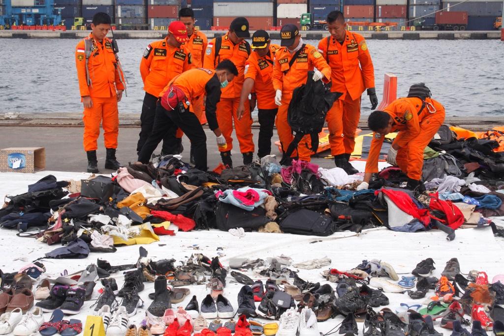 Tim Basarnas mengevakuasi puing dan barang yang diduga milik korban kecelakaan pesawat Lion Air JT610 di Posko Evakuasi JICT 2 Pelabuhan Tanjung Priok, Jakarta. (Foto: Mi?Bary Fathahillah)