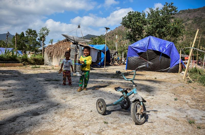 Sejumlah bocah korban gempa bermain dekat hunian sementaranya di Dusun Menggala Timur, Desa Pemenang Barat, Tanjung, Lombok Utara, Rabu (24/10/2018). ANTARA FOTO/Ahmad Subaidi.