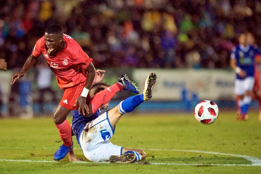 Penyerang Real Madrid, Vinicius Junior, dijegal pemain Melilla (AFP/Jorge Guerrero)