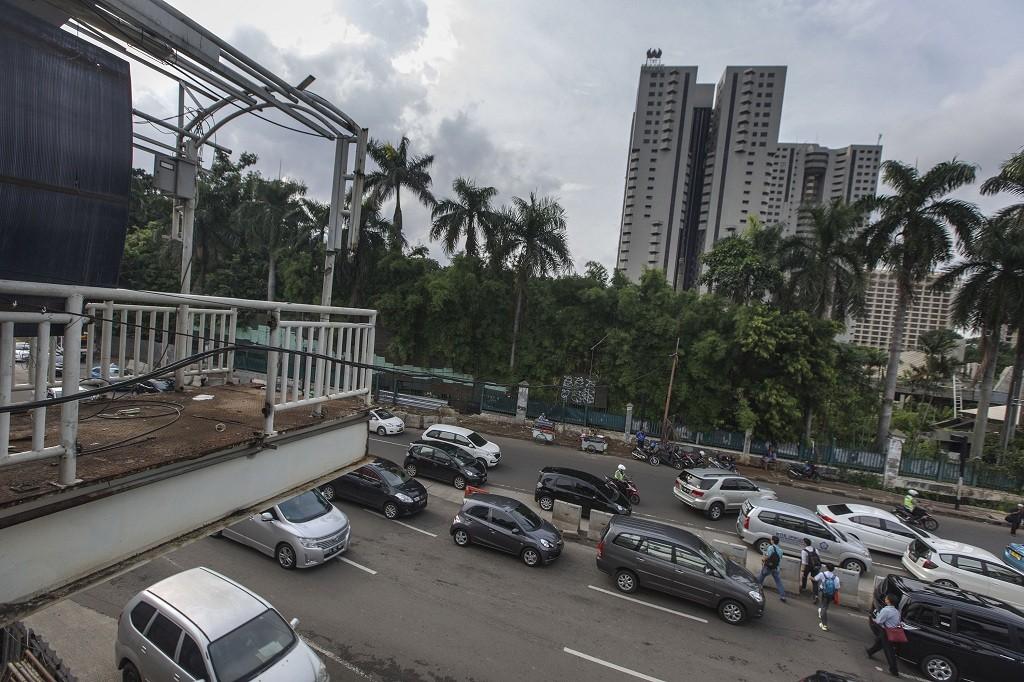 Sejumlah pejalan kaki melintas di bawah Jembatan Penyeberangan Orang (JPO) sisi barat Polda Metro Jaya yang dibongkar di Jalan Jenderal Sudirman, Jakarta - MI/Atet Dwi