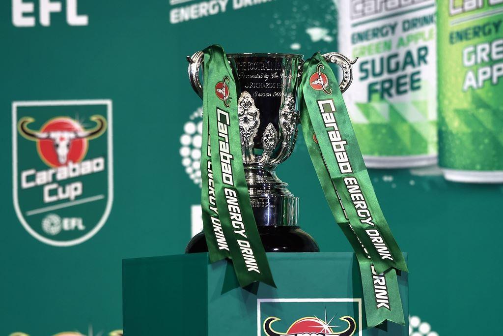 Trofi Piala Liga Inggris (Carabao Cup). (Foto: AFP/Lillian Suwanrumpha)