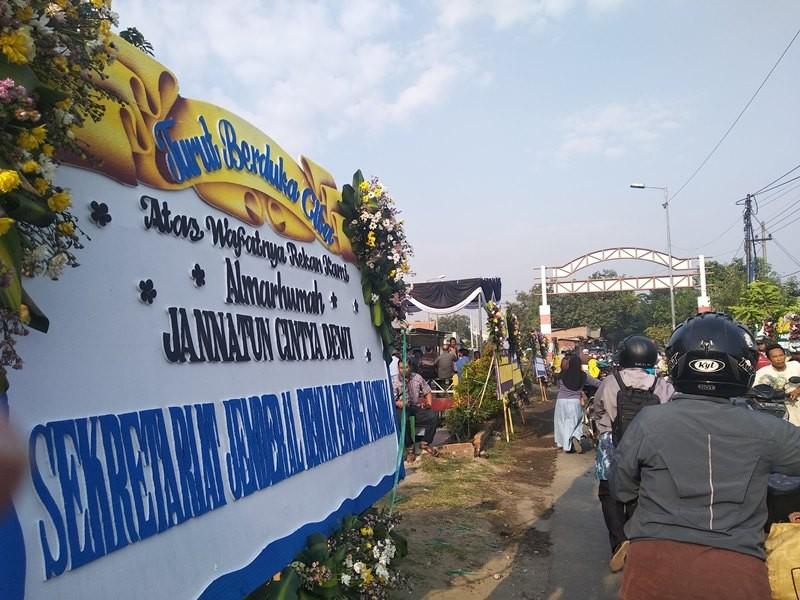 Karangan bungan berdatangan ke rumah Jannatun Cintya Dewi di Desa Suruh, Kecamatan Sukodono, Sidoarjo, Jawa Timur, Kamis, 1 November 2018. Medcom.id/ Syaikhul Hadi.