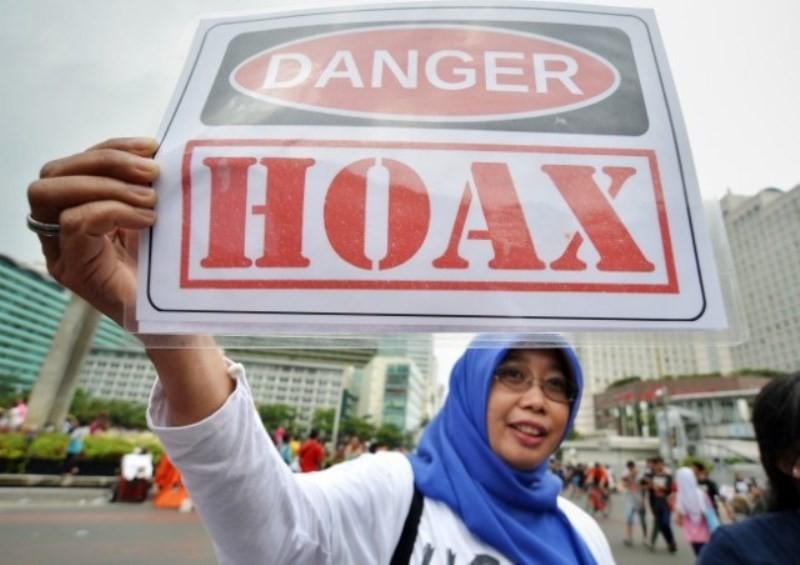 Masyarakat Anti Fitnah Indonesia (Mafindo) di kawasan Bundaran HI, Jakarta. Foto: Antara/Yudhi Mahatma.