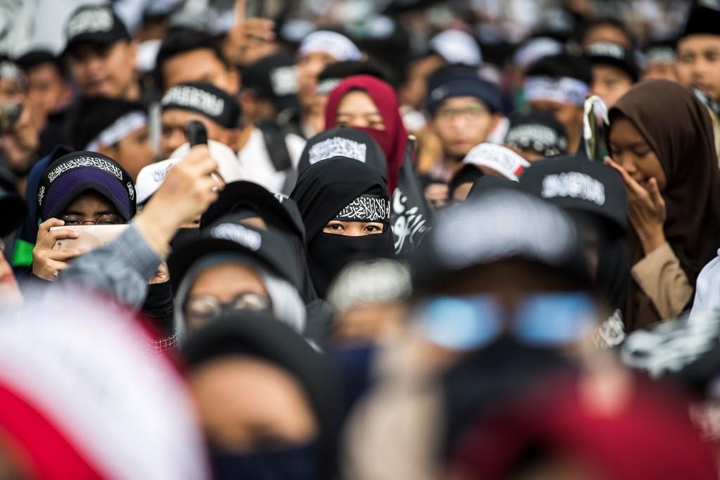 Warga berunjuk rasa memprotes pembakaran bendera HTI di depan gedung Sate, Bandung, Jawa Barat, Jumat (26/10/2018). Foto: Antara/M Agung Rajasa