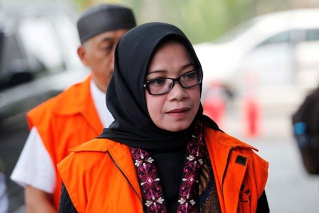 Mantan Wakil Ketua Komisi VII DPR Fraksi Partai Golkar Eni Maulani Saragih dikawal petugas memasuki Gedung KPK, Jakarta, Rabu (26/9). Foto: MI/Rommy Pujianto