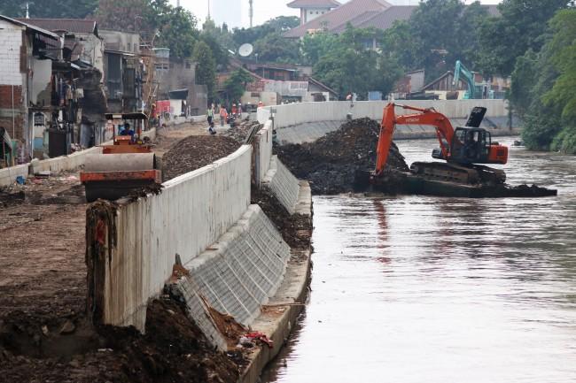 Ilustrasi: Pekerja menggarap proyek normalisasi Kali Ciliwung dengan alat berat di kawasan Bukit Duri, Jakarta. Foto: Antara/Rivan Awal Lingga.