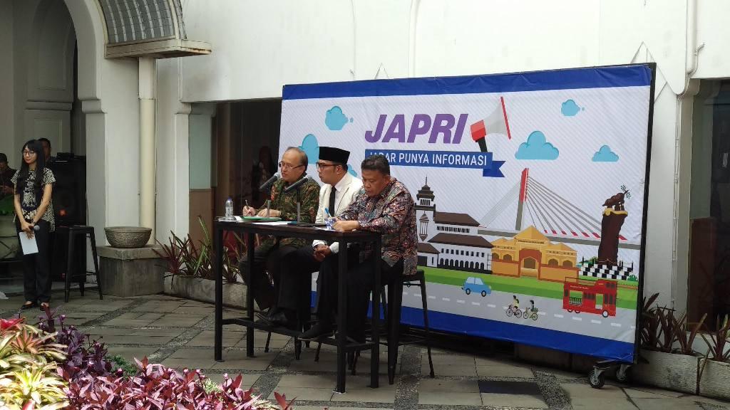 Gubernur Jawa Barat Ridwan Kamil (tengah) saat konferensi pers mengumumkan UMP Jabar untuk tahun 2019 di Gedung Sate, Jalan Diponegoro, Kota Bandung, 1 November 2018.