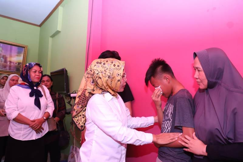 Bupati Serang Ratu Tatu Chasanah saat mengunjungi rumah korban, di Griya Cilegon, Serang, Kamis, 1 November 2018.