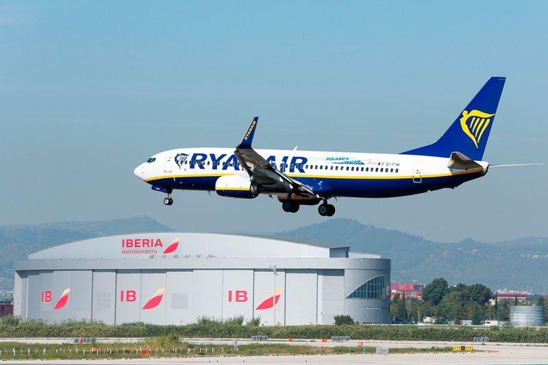 Sebuah pesawat milik Ryanair hendak mendarat di Barcelona, Spanyol. (Foto: AFP).
