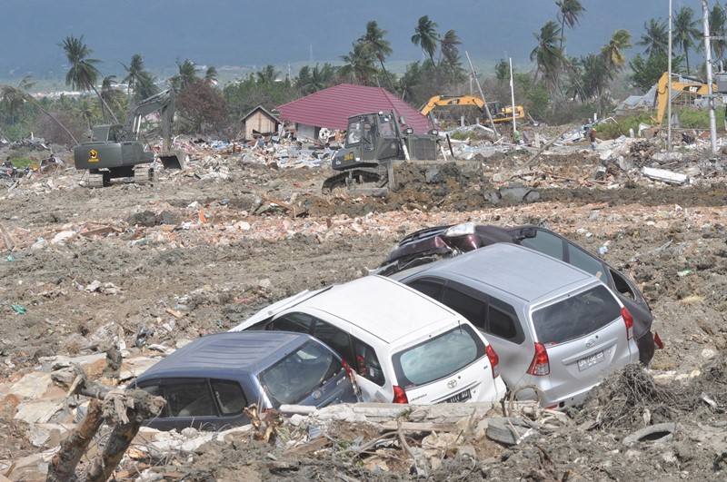 Alat berat membersihkan sisa bangunan dan meratakannya dengan tanah di area bekas gempa dan pencairan tanah (likuifaksi) di Kelurahan Petobo, Palu, Sulawesi Tengah, Rabu (31/10/2018). ANTARA FOTO/Mohamad Hamzah.