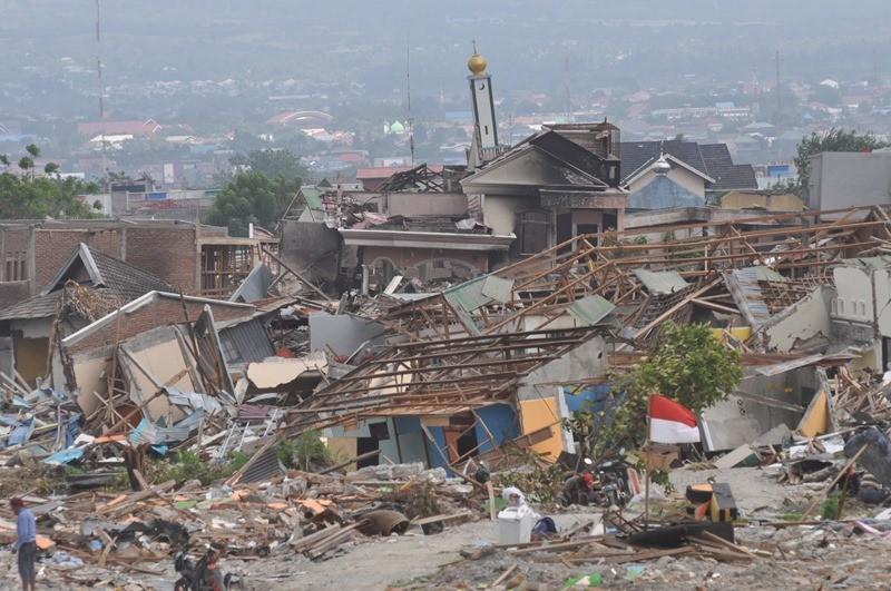 Puing bangunan perumahan yang porak-poranda akibat gempa dan dan pencairan tanah (likuifaksi) di Balaroa, Palu, Sulawesi Tengah, Senin (29/10/2018). ANTARA FOTO/Mohamad Hamzah.