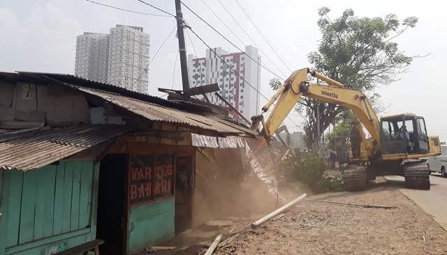Dinas PUPR Karawang memembongkaran puluhan bangunan Liar di Telukjambe Barat untuk pelebaran jalan menuju TOD Kereta Cepat Jakarta-Bandung, Kamis (25/10/2018). MI/Cikwan