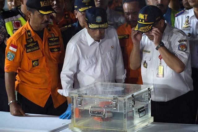 Menteri Perhubungan Budi Karya Sumadi dan Kepala Komite Nasional Keselamatan dan Transportasi (KNKT) Soerjanto Tjahjono tengah mengamati black box pesawat Lion Air JT610. Foto: MI/Ramdani