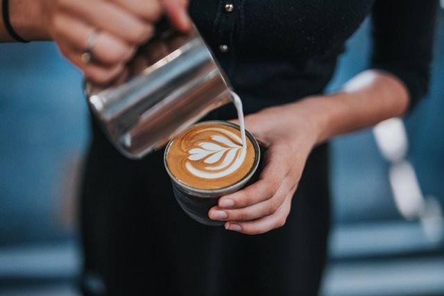 Benarkah secangkir kopi bisa membuat sakit perut? Simak informasinya berikut ini. (Foto: Tyler Nix/Unsplash.com)