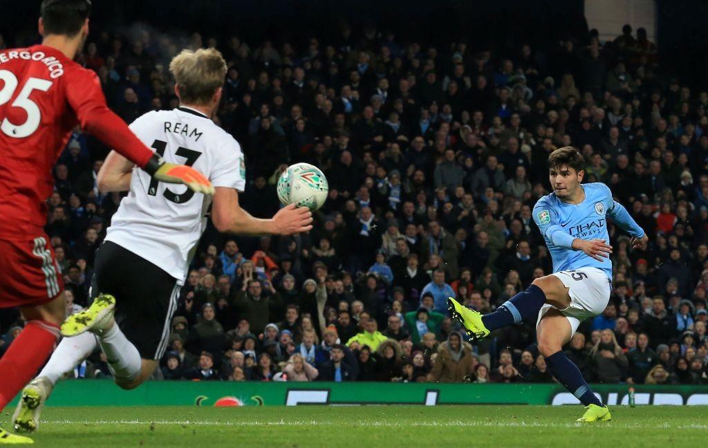 Momen saat gelandang Manchester City Brahim Diaz (kanan) melepaskan tembakan ke gawang Fulham (Foto: AFP/Lindsey Parnaby)
