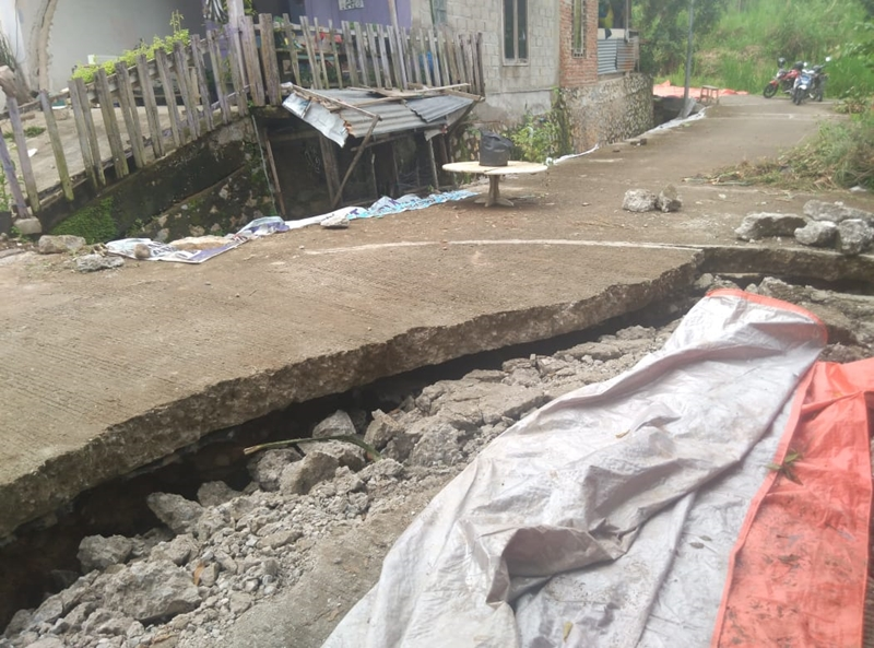 Sebanyak 16 rumah di Dusun Karanganyar, Desa Santur, Kecamatan Barangin, Kota Sawahlunto, Sumatera Barat, rusak parah terdampak tanah merengkah. Medcom.id/Alex Rajes