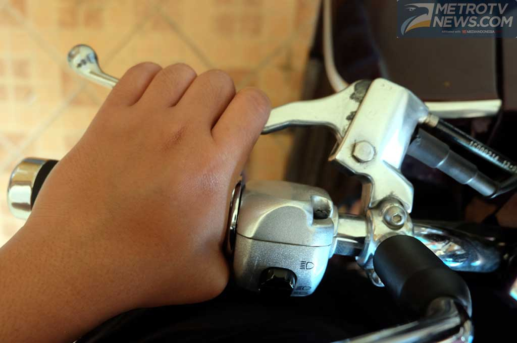 Perhatikan posisi jari ketika mengendarai sepeda motor di jalan raya. Medcom.id/Ekawan Raharja