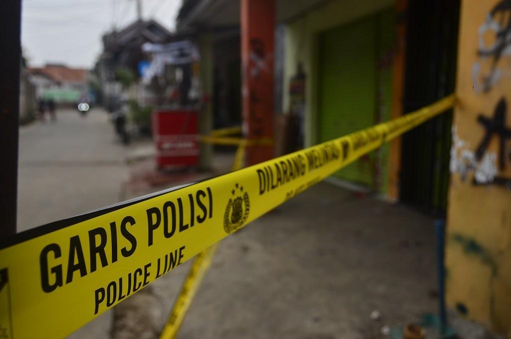Garis polisi dibentangkan di sekitar toko obat yang menjadi lokasi pengeroyokan terhadap polisi di Bekasi, Medcom.id - Antonio