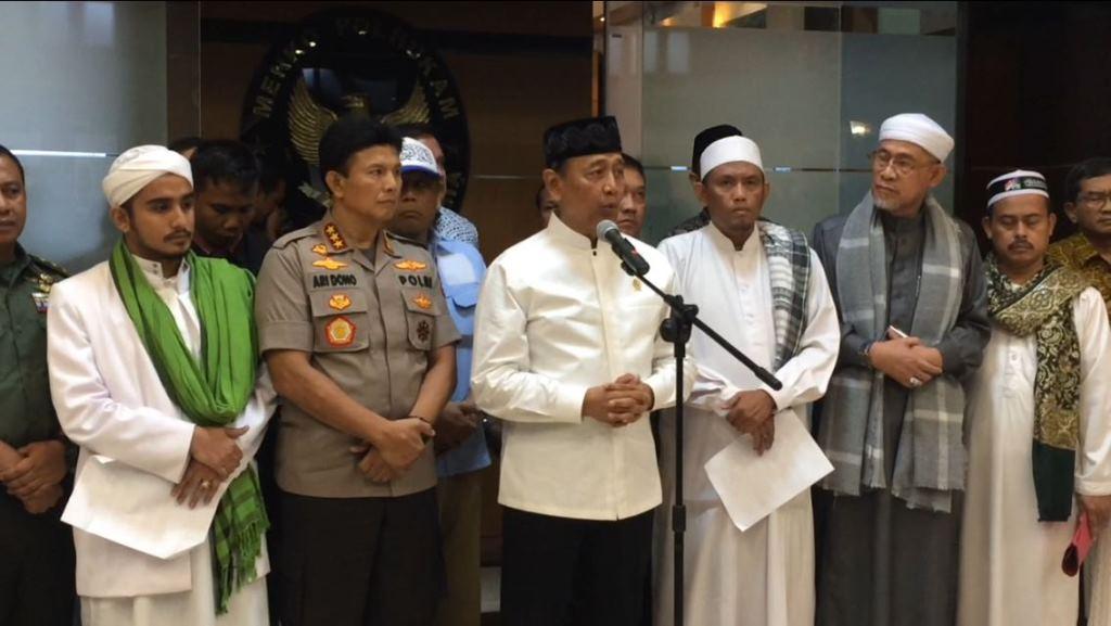 Menko Polhukam Wiranto dan Wakapolri Komjen Ari Dono bersama perwakilan massa aksi 211 di Kemenko Polhukam. Medcom.id/Sunnaholomi Halakrispen.