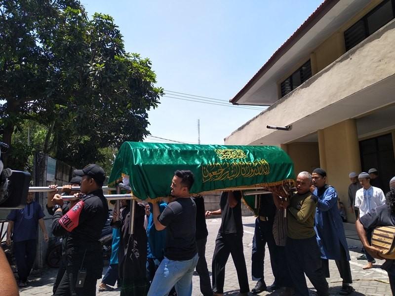 Syachrul Anto, 48, dikebumikan di tempat pemakaman umum Bendul Merisi Kecamatan Wonocolo, Surabaya, Jawa Timur, Sabtu, 3 November 2018. Medcom.id/ Syaikhul Hadi.