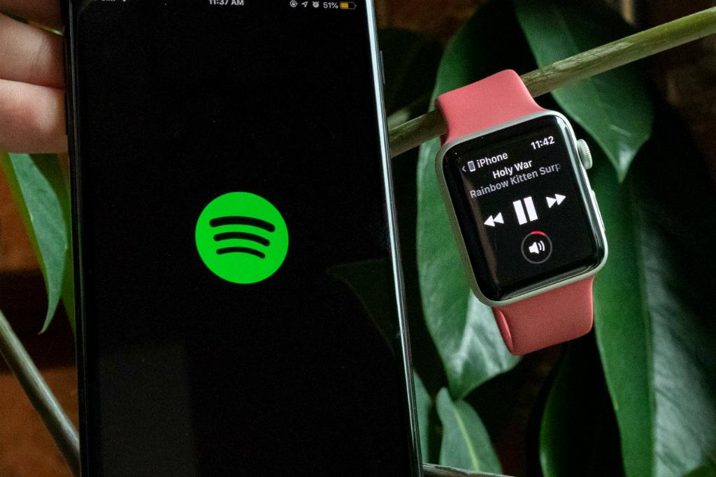 Spotify tengah mengembangkan aplikasi mandiri untuk jam tangan cerdas Apple Watch.