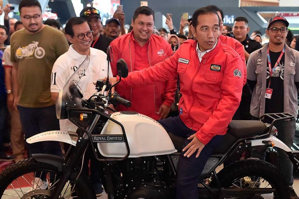Tinjau IMOS 2018, Jokowi Jajal Motor Royal Enfield