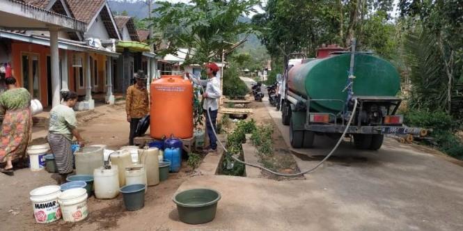 Penyaluran air bersih di wilayah kekeringan di Malang, Jawa Timur. (Foto: Istimewa)