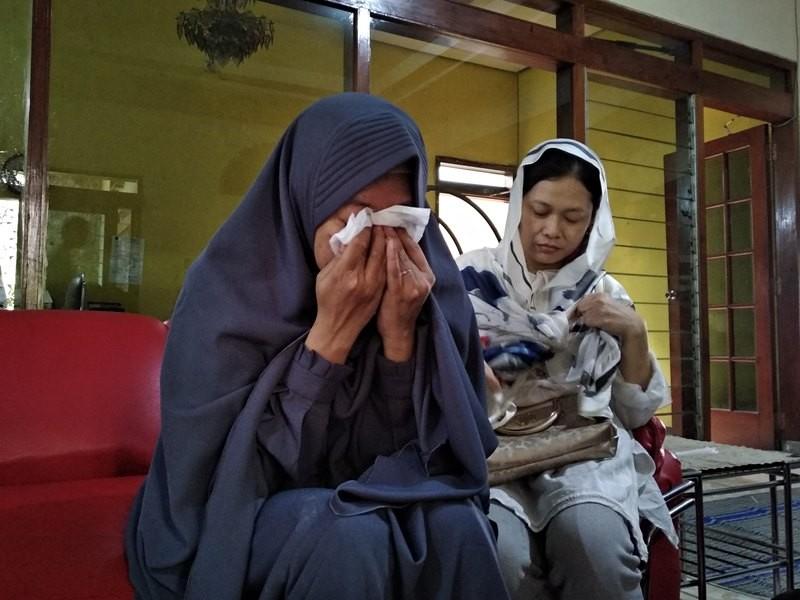 Lian Kurniawati, 39, tidak kuasa menahan tangis usai pemakaman suaminya, Syachrul Anto di kawasan Kecamatan Wonocolo, Surabaya, Jawa Timur Sabtu, 3 November 2018. Medcom.id/ Syaikhul Hadi.
